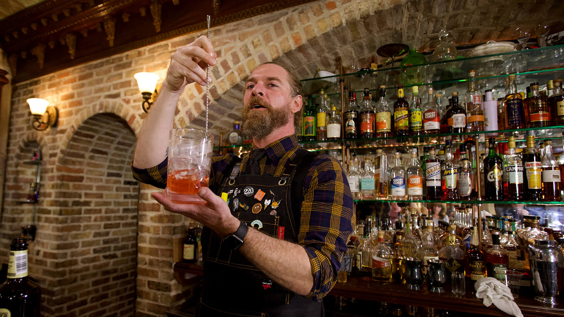 Bartender demonstrating how to use a mixer to make drinks at Savannah Speakeasy Cocktail Class